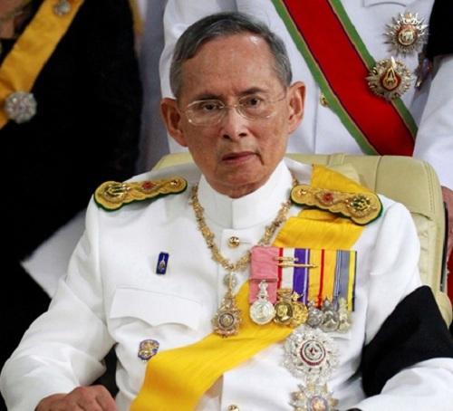 Na snímke thajský kráľ Pchúmipchón Adundét