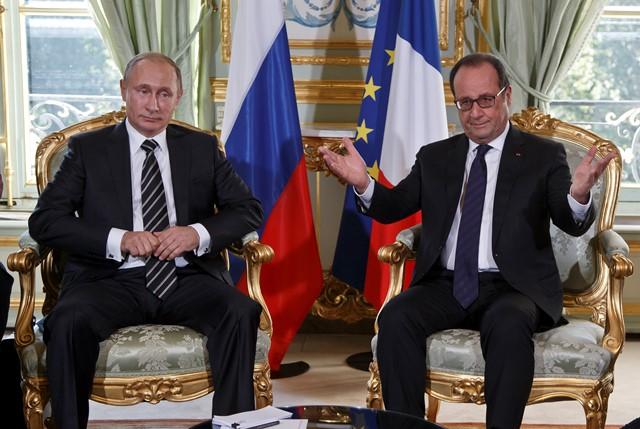 Francúzsky prezident Francois Hollande (vpravo) sa rozpráva so svojím ruským partnerom Vladimirom Putinom