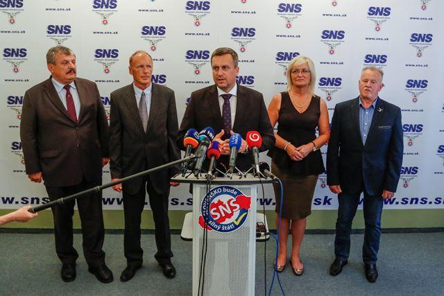 Na snímke zľava podpredseda Slovenskej národnej strany (SNS) Anton Hrnko, podpredseda SNS Jaroslav Paška, predseda SNS a predseda Národnej rady SR Andrej Danko, podpredsedníčka SNS Eva Smolíková a podpredseda SNS Cyril Leško