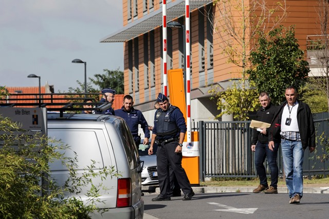 Policajti vyšetrujú na mieste, kde muž dobodal dvoch policajtov v štvrti Schaerbeek v Bruseli