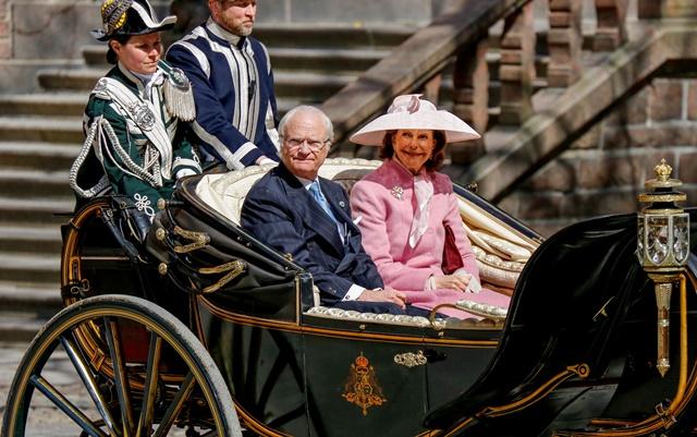 Na snímke švédska kráľovná  Silvia (vpravo) a kráľ Karol XVI.