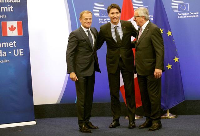 Na snímke zľava predseda Európskej rady Donald Tusk, kanadský premiér Justin Trudeau a predseda Európskej komisie Jean-Claude Juncker