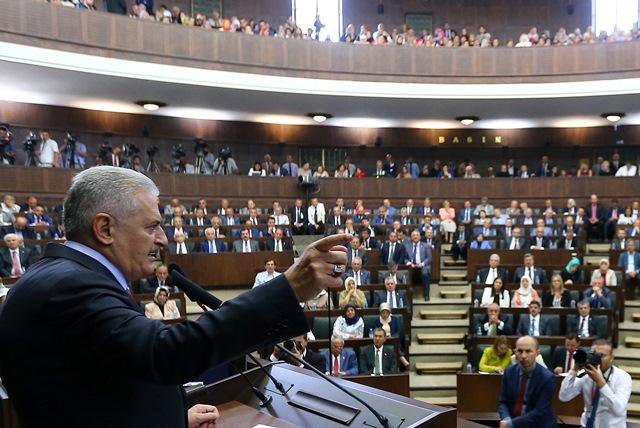 Turecký premiér Binali Yildirim (vľavo) počas prejavu v tureckom parlamente