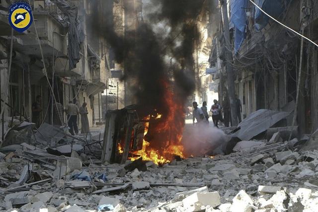 Najmenej dve barelové bomby zasiahli pri dnešných náletoch jednu z posledných nemocníc v povstalcami ovládanej východnej časti severosýrskeho mesta Aleppo