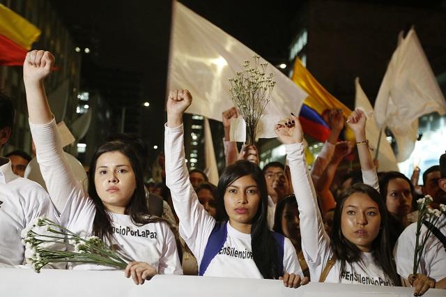 Tisíce ľudí so sviečkami a bielymi zástavami kráčali v noci nadnes ulicami kolumbijskej metropoly Bogota v snahe zachrániť mierovú dohodu s ľavicovými povstalcami