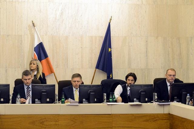 Na snímke zľava štátny tajomník ministerstva financií SR Peter Pellegrini, predseda vlády SR Robert Fico, podpredseda vlády SR a minister vnútra SR Robert Kaliňák a podpredseda vlády SR pre investície Ľubomír Vážny