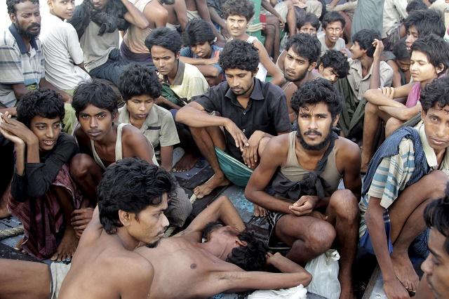Na snímke migranti, ktorých zachránili indonézski rybári