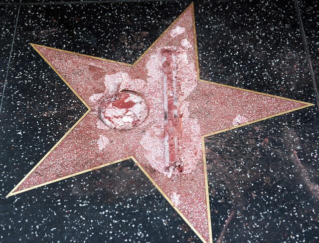 Muž oblečený v reflexnej veste a pracovnej prilbe sa najskôr pokúsil hviezdu odstrániť. Keď sa mu to nepodarilo, aspoň ju zničil, pričom z nej krompáčom dôkladne vysekal Trumpovo meno