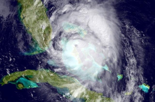 Na satelitnej snímke NOAA je znázornený príchod hurikánu Matthew zo severozápadu Kuby smerom k pobrežiu Atlantického oceánu na južnej Floride 6. októbra 2016. Východné pobrežie amerického štátu Florida sa pripravuje na príchod mimoriadne silného a pre životy ľudí nebezpečného hurikánu Matthew