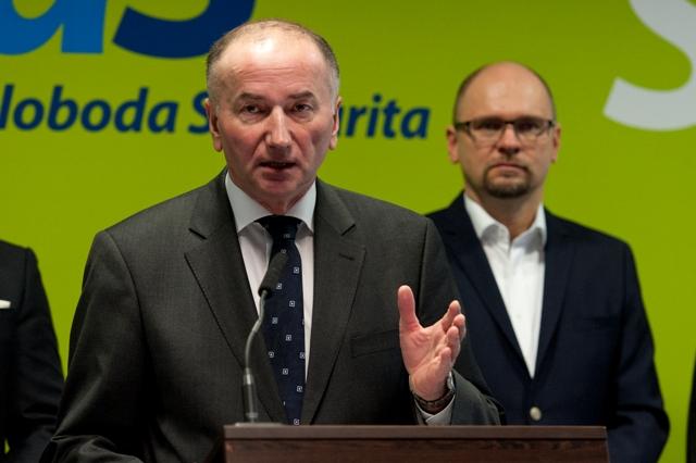Na snímke člen klubu opozičnej strany Sloboda a Solidarita (SaS) Eugen Jurzyca (v popredí)