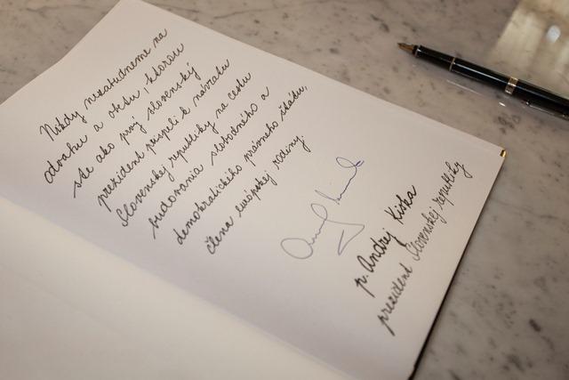 Na snímke kondolenčná kniha, ktorá bola zriadená v Prezidentskom paláci pri príležitosti úmrtia exprezidenta Michala Kováča