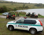 Na snímke polícia a hasiči neďaleko miesta havárie