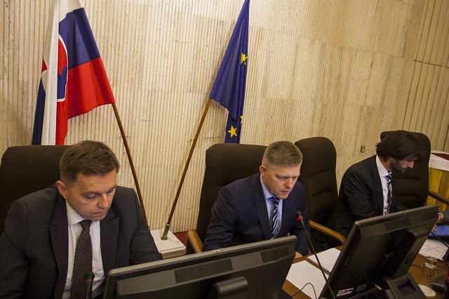 Na snímke zľava podpredseda vlády a minister financií SR Peter Kažimír premiér SR Robert Fico a podpredseda vlády a minister vnútra SR Robert Kaliňák
