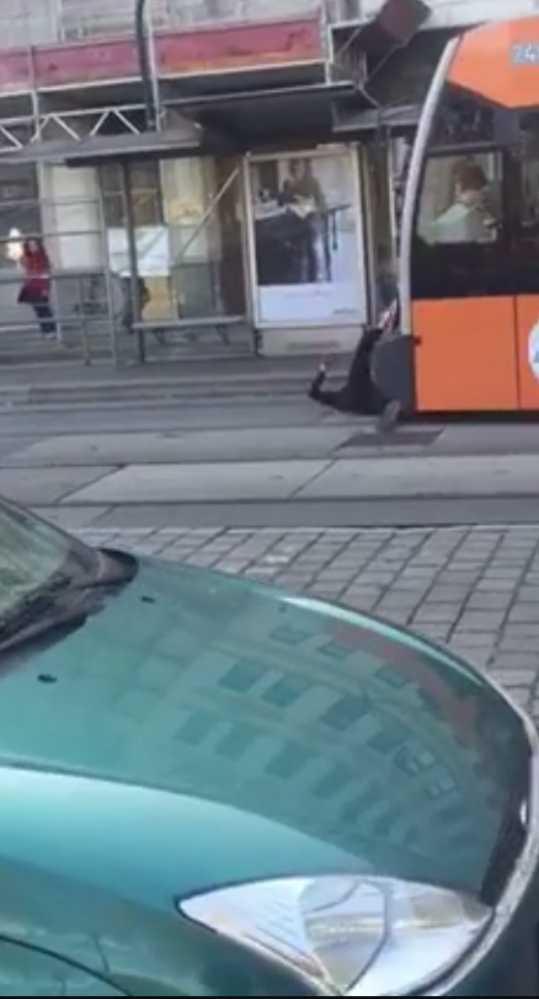 Migrant vo Viedni leží pred električkou a kope do nej nohou