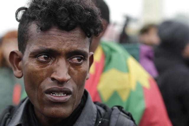 """Na fotografii je údajne """"16-ročný migrant z Etiópie"""", ktorý plače počas toho, ako čaká na registráciu v centre v blízkosti Calais, aby mohol byť následne presunutý"""