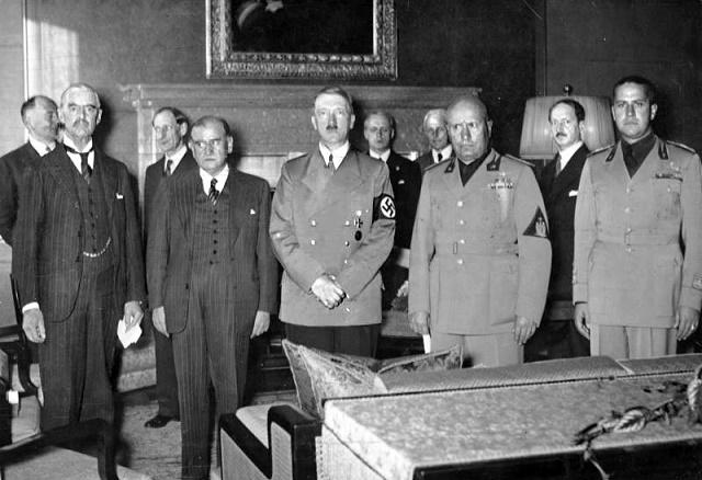 Na snímke zľava:  Chamberlain, Daladier, Hitler, Mussolini a Ciano pred podpisom Mníchovskej dohody.