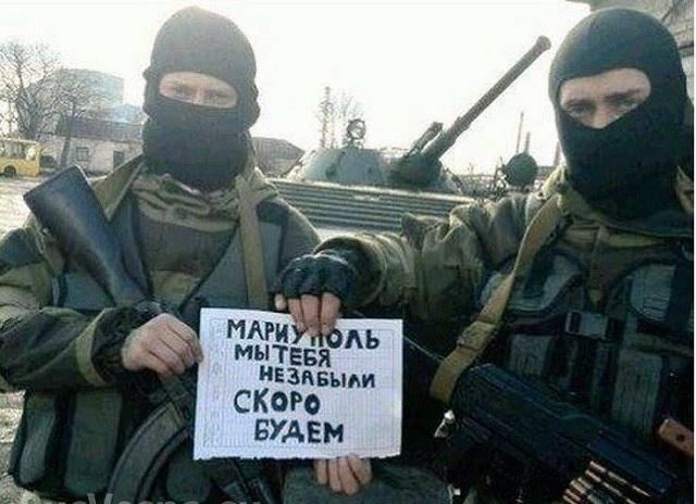 """Text na obrázoku s proruskými vojakmi znie: """"Mariupol, my sme na Teba nezabudli, čoskoro prídeme"""""""