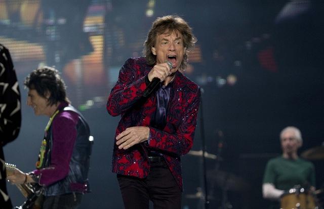 Člen anglickej rokenrolovej kapely Rolling Stones Mick Jagger spieva počas koncertu