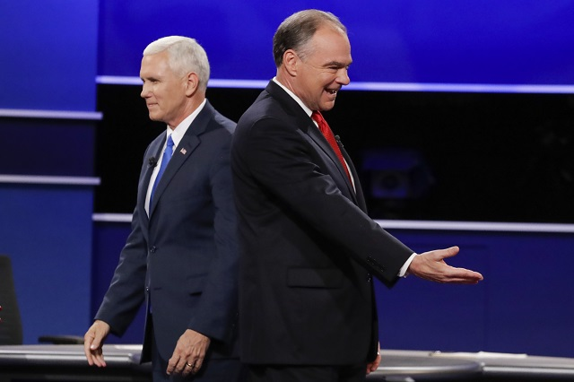 Na snímke republikán Mike Pence (vľavo) a jeho demokratický náprotivok Tim Kaine