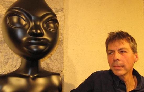 Quimper (na snímke) vytvoril sochu Marianny, ktorá sa vyznačuje disproporciou hlavy, obrovskými očami a nahými prsiami