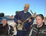 Na snímke účastníci výpravy s miestnym obyvateľom