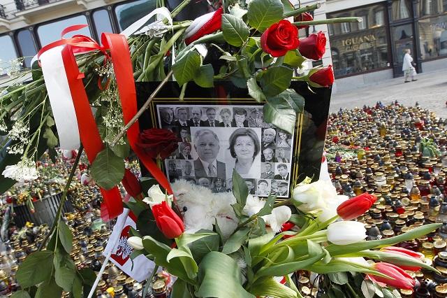 Na archívnej snímke fotografie poľského prezidentského páru Lecha Kaczynského s manželkou Mariou a ďalšími členmi poľskej vládnej delegácie obložené kvetmi a sviečkami v centre Varšavy.Pri nehode okrem prezidentského páru zahynuli  aj ďalší poľskí predstavitelia a popredné osobnosti spoločenského a duchovného života. Lietadlo smerovalo  na spomienkovú slávnosť za poľské obete stalinistickej diktatúry v Katyni neďaleko Smolensku