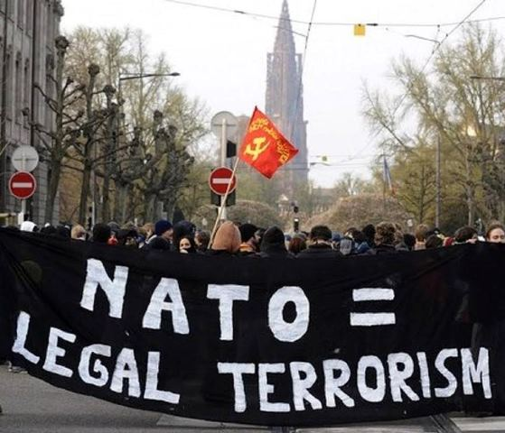 Na snímke ľudia protestujú proti NATO
