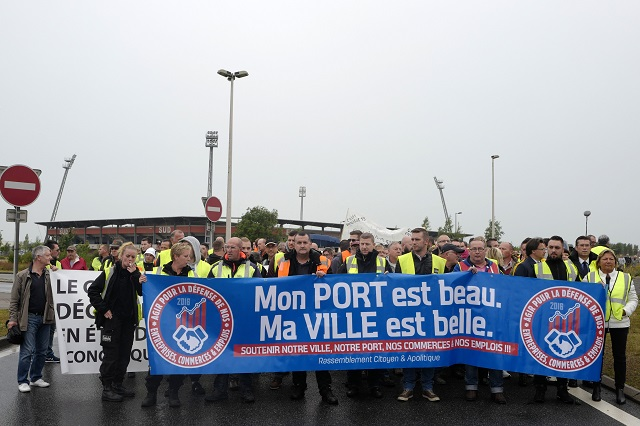 """Ľudia protestujú a držia transparent s nápisom """"Môj prístav je krásny, moje meste je krásne"""" v Calais na severe Francúzska 5. septembra 2016. Zamestnanci prístavu vo francúzskom Calais"""