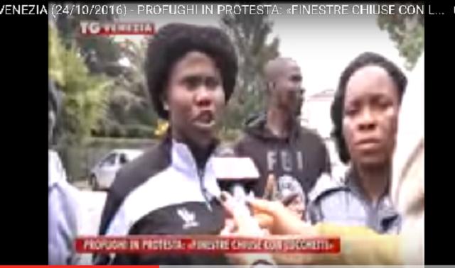 Na snímke protestujúci z hotela Byron, ktorým sa nepáči každodenná strava a zároveň sa cítia ako vo väzení