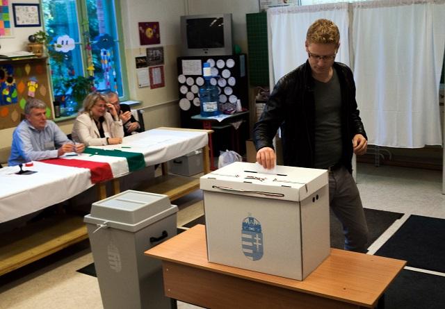 """Na archívnej snímke maďarský volič vhadzuje svoj hlas v referende k otázke: """"Ste za to, aby EÚ mohla aj bez súhlasu maďarského parlamentu stanoviť povinné presídlenie nemaďarských občanov do Maďarska?"""""""