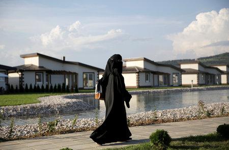 Na snímke turistka Stredného východu sa prechádza rezortom Osenik v blízkosti Sarajeva