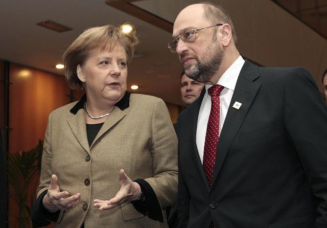 Na archívnej snímke predseda Európskeho parlamentu Martin Schulz (vpravo) sa rozpráva s nemeckou kancelárkou Angelou Merkelovou