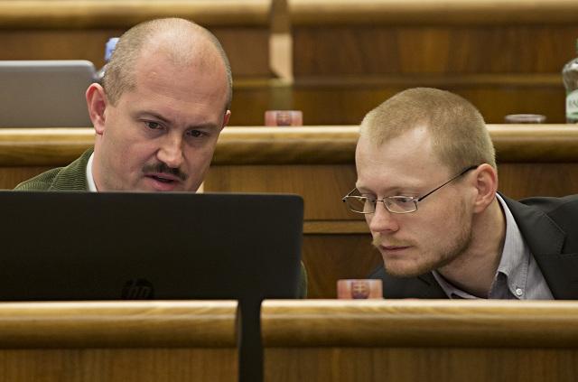 Na snímke poslanci NR SR, vľavo Marian Kotleba a vpravo Rastislav Schlosár (obaja ĽSNS)