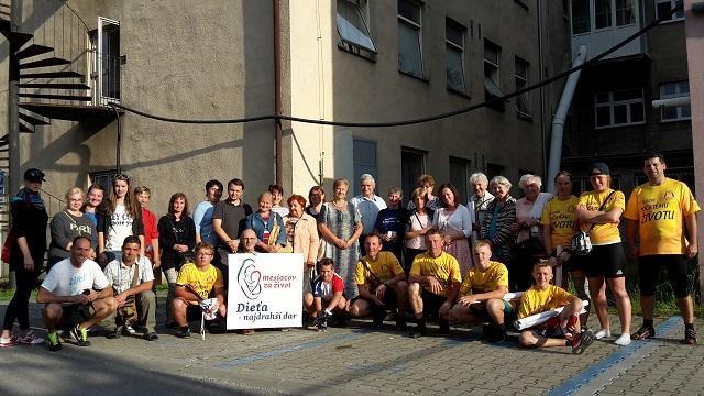 Na snímke Dušan Škurla (dolný rad štvrtý zprava) počas letnej cykloakcie pri nemocnici v Martine