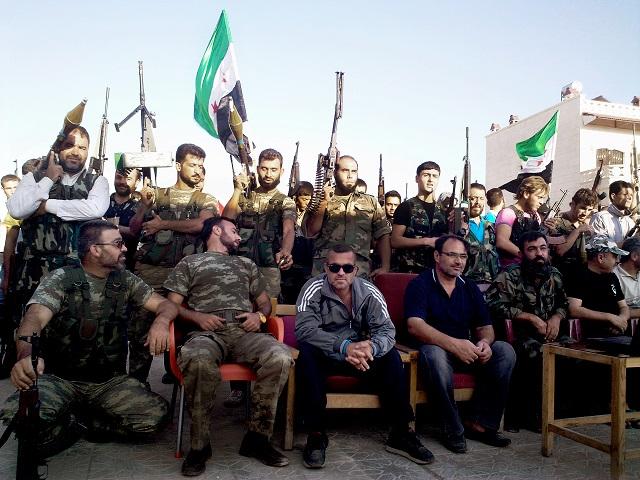 Na snímke z amatérskeho videa zverejnenej Shaam News Network príslušníci Slobodnej sýrskej armády