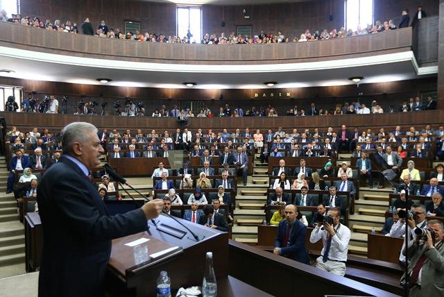 Na snímke turecký premiér Binali Yildirim (vľavo) počas prejavu v tureckom parlamente