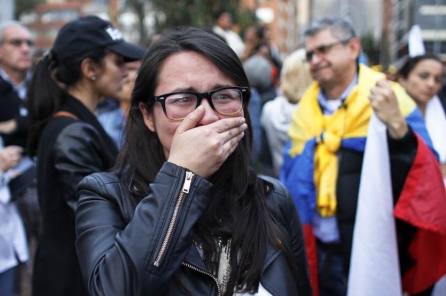 Zástankyňa podpisu mierovej dohody, ktorú kolumbijská vláda uzavrela s ľavicovými povstalcami z hnutia Revolučné ozbrojené sily Kolumbie (FARC), reaguje po výsledkoch referenda o prijatí alebo neprijatí mierovej dohody 2. októbra 2016 v kolumbijskom meste Bogota. Kolumbijskí voliči v nedeľňajšom referende neočakávane a veľmi tesnou väčšinou odmietli mierovú dohodu medzi vládou a ľavicovou povstaleckou organizáciou Revolučné ozbrojené sily Kolumbie (FARC)