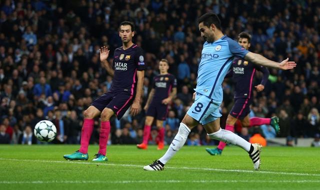 Na snímke hráč ManCity  Ilkay Gundogan strieľa gól v zápase C-skupiny 4. kola futbalovej Ligy majstrov Manchester City - FC Barcelona