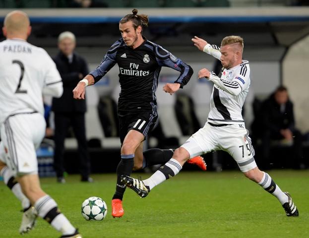 Hráč Realu Madrid Gareth Bale (v strede) v súboji s Thibaultom Moulinom z Legie vo futbalovom zápase F-skupiny Legia Varšava - Real Madrid skupinovej fázy Ligy majstrov