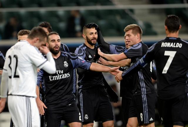 Hráč Realu Madrid Karim Benzema(v strede) oslavuje so spoluhráčmi úvodný gól do bránky Legie vo futbalovom zápase F-skupiny Legia Varšava - Real Madrid skupinovej fázy Ligy majstrov