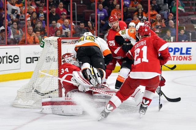 Na snímke útočník Flyers Chris VandeVelde (v strede) strieľa gól brankárovi Wings Petrovi Mrázkovi (vľavo), vpravo slovenský útočník Wings Tomáš Tatar v zápase hokejovej NHL Detroit Red Wings - Philadelphia Flyers