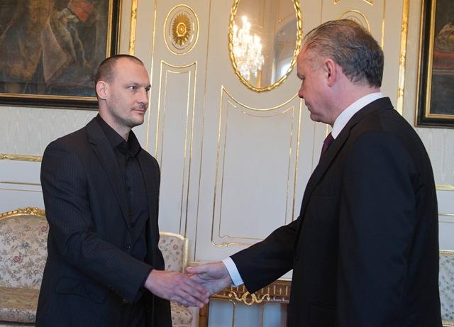 Na snímke prezident SR Andrej Kiska (vpravo) prijal šéfa vyšetrovacieho tímu kauzy Gorila Mareka Gajdoša (vľavo)