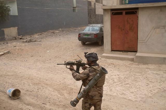 Ilustračné foto:Vojak irackých špeciálnych síl počas ofenzívy proti militantom Islamského štátu v štvrti Gugdžalí, na východnom okraji irackého mesta Mósul