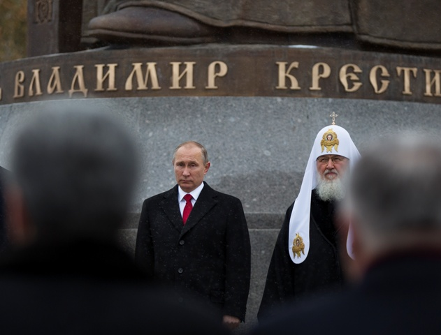 Ruský prezident Vladimir Putin (vľavo) a ruský ortodoxný patriarcha Kirill stoja pri soche Vladimira Veľkého, ktorú odhalili pri príležitosti Dňa národnej jednoty v Moskve