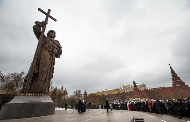 Na snímke je socha Vladimira Veľkého, ktorú odhalili pri príležitosti Dňa národnej jednoty v Moskve