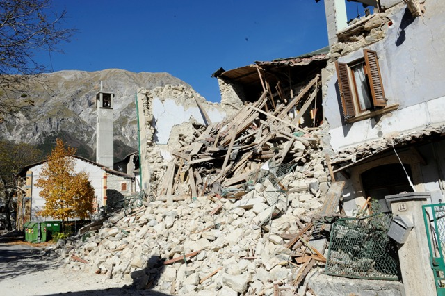 Trosky zničeného domu v dedine Pretare pri mestečku Arquata del Tronto, dva dni po silnom zemetrasení v centrálnom Taliansku