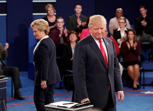 Na snímke republikánsky prezidentský kandidát Donald Trump a jeho demokratická rivalka Hillary Clintonová
