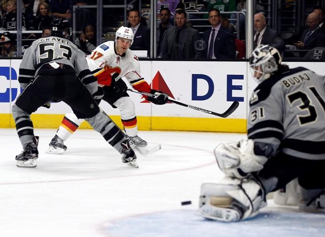 Na snímke vpravo slovenský brankár Kings Peter Budaj, uprostred hráč Calgary Lance Bouma v zápase hokejovej NHL Los Angeles Kings - Calgary Flames