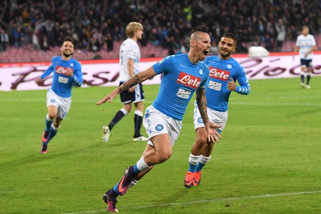 Na snímke vľavo slovenský hráč Neapola Marek Hamšík oslavuje svoj gól v zápase 12. kola talianskej Serie A SSC Neapol - Lazio Rím (1:1)