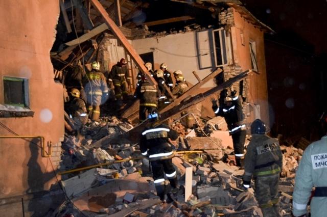 Na snímke záchranári prehľadávajú trosky v obytnej budove v ruskom meste Ivanovo 6. novembra 2016